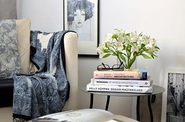 Realizace dámská ložnice čená bílá křeslo stolek květiny