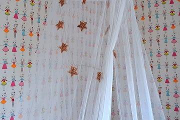 dívčí pokoj pro školačku postel baldachýn hvězdy tapeta