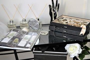 Realizace dámská ložnice černý toaletní stolek a perly