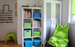 Realizace dětský pokoj zelená modrá skříně sedací vak