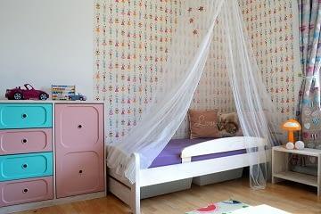 dívčí pokoj pro školačku postel baldachýn fialová růžová hvězdy tapeta