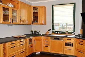 kuchyn modernizace cerna deska a podlaha