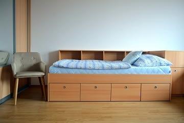 postel na miru loznice
