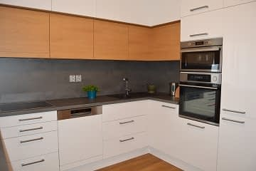 kuchyne bila-dub-beton detail