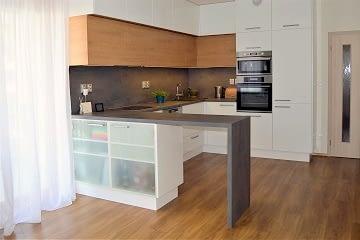 kuchyne bila-dub-beton pultik