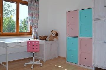 dívčí pokoj pro školačku psací stůl bílá růžová mentolová