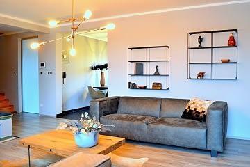 obyvaci pokoj moderni interier hneda kuze pohovka zlata